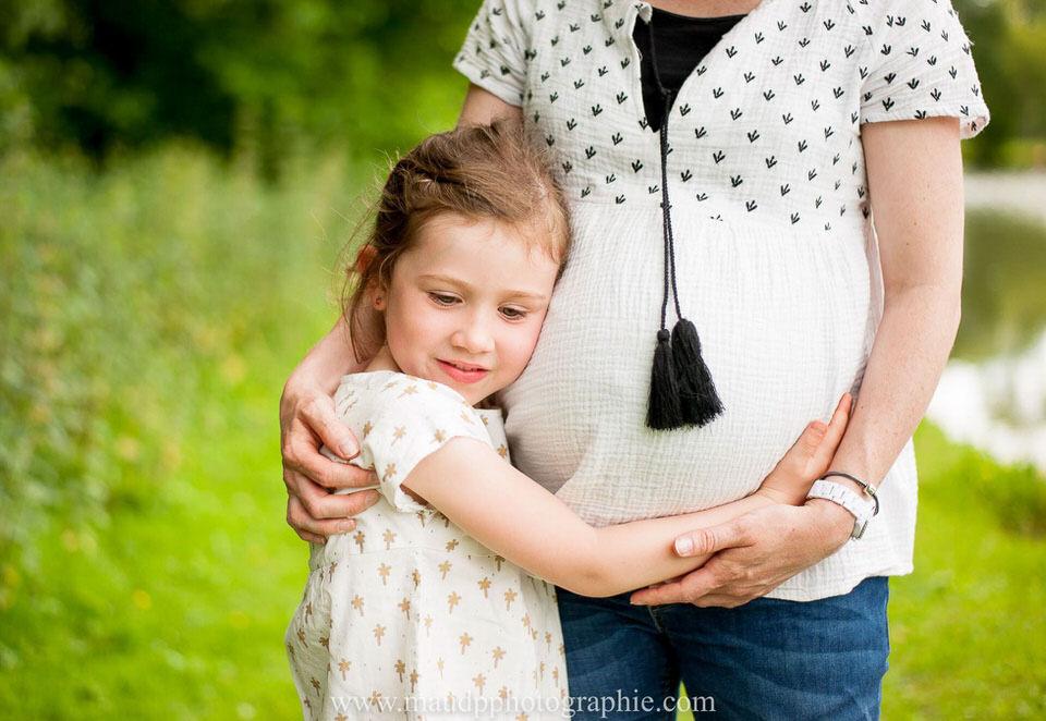 grande soeur tient ventre de femme enceinte
