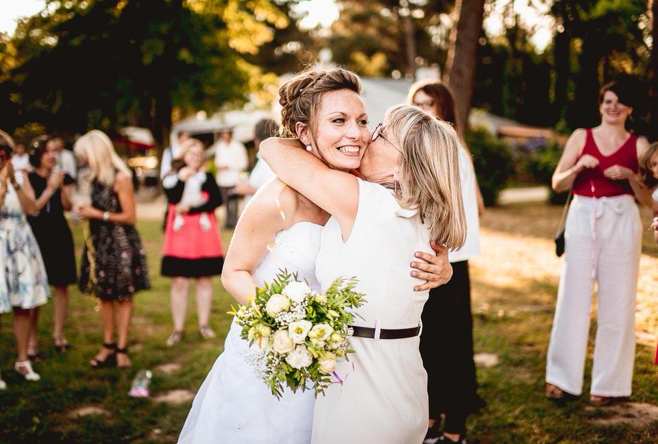 photo mariage rennes maman de la mariée et sa fille dans les bras