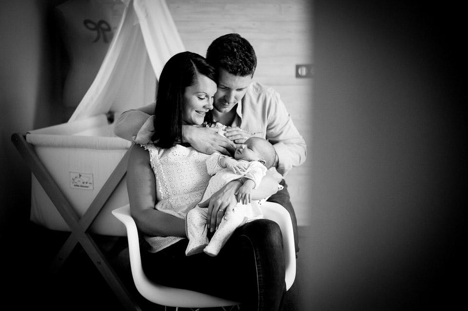 bébé dans les bras de ses parents séance photo à domicile rennes
