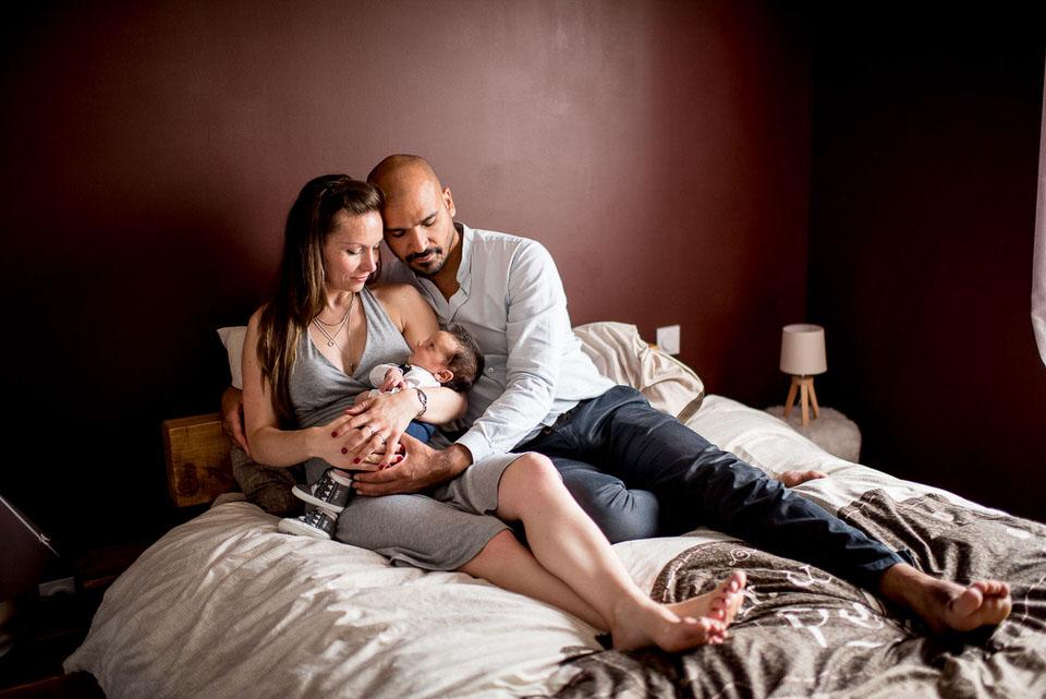 shooting photo couple et nouveau-né à domicile